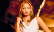 Sarah Michelle Gellar posed in front of the Buffy slot machine in Vegas!!